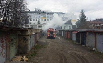 Požiar garáže na ulici Veľká okružná (foto Stanislav Jančík)