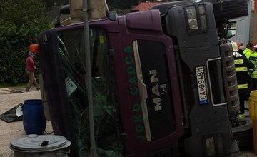 Prevrátené nákladné auto pri obci Kľače