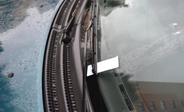 Starší pán ničí zaparkované vozidlá na sídlisku Solinky