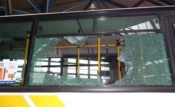 Vandali rozbili sklá na autobuse linky č.50