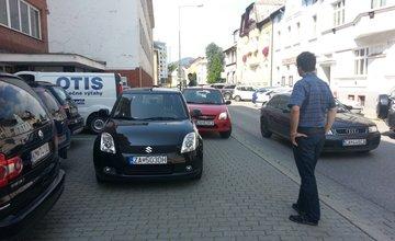 Vozidlá blokujú chodník na ulici Andreja Kmeťa