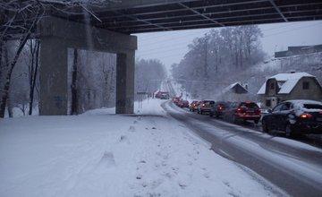 Výdatné sneženie prispelo k desiatkam nehôd v meste