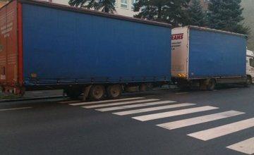 Zaparkovaný kamión blokuje priechod na ulici Veľká okružná