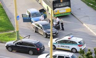 AKTUÁLNE: Policajná naháňačka na Hájiku, zadržali vodiča tmavej Škody Superb