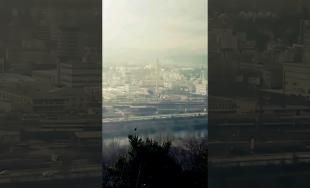 V Žiline bol zbúraný starý komín, video zachytáva jeho odstrelenie