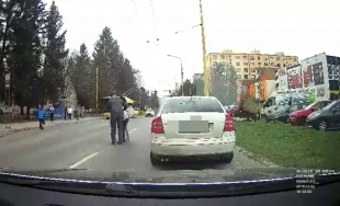 VIDEO: Chodkyňa prechádzala cez frekventovanú cestu na Hlinskej a spadla, takmer ju zachytilo auto