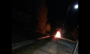 VIDEO: Na Rosinskej ceste v noci horelo osobné auto, ďalšie dve zhoreli v Rosine a vo Vraní