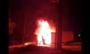 VIDEO: Na sídlisku Hájik horí zaparkovaná dodávka, zasahujú dve posádky hasičov