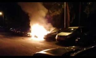 VIDEO: Na sídlisku Vlčince zhorelo nadránom ďalšie osobné auto, oheň poškodil aj vedľa stojace autá