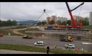 VIDEO: Na stavbe diaľničného privádzača pod Solinkami prebieha pokládka nosníkov, cesta je uzavretá