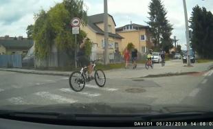 VIDEO: Niektorí cyklisti jazdia cez priechody pre chodcov, po upozornení ukazujú vulgárne gestá