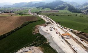 VIDEO: Pohľad z výšky na rozostavaný úsek diaľnice D1 od Lietavskej Lúčky až po Višňové