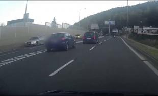 VIDEO: Ponáhľajúci sa vodič takmer narazil do motocyklistu, incident zachytila kamera v aute
