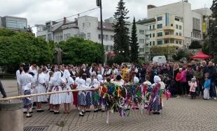 VIDEO: Pri stavaní mája v Žiline hrali folklóne skupiny Rozsutec a Cipovička