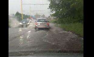 VIDEO: Priemyselnú ulicu v Žiline zatopila voda vyvierajúca z dažďovej kanalizácie