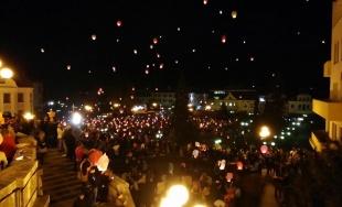 VIDEO: Tisícky ľudí nerešpektovali zákaz vypúšťania lampiónov v Žiline, nad mestom sa nesú opäť