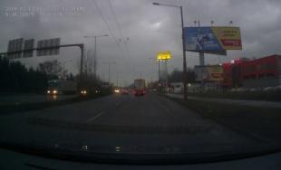 VIDEO: Viacerí vodiči sa na Košickej preraďujú v strede križovatky, ohrozujú tým ostatných