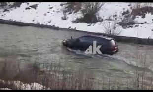 VIDEO: Vodič SUV jazdil v koryte rieky Rajčanka na Kamennej ulici