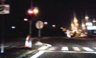 Auto v protismere na križovatke na Košickej