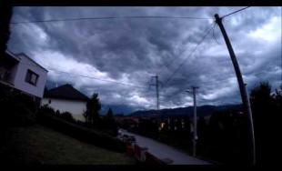Časozberné video z piatkovej búrky nad Žilinou