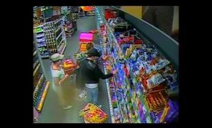Zákazníčku potravín pri nákupe okradli, jedna žena ju zabávala, druhá vyberala veci z tašky