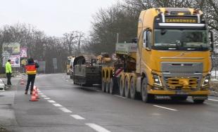 VIDEO: Cez Žilinu prešiel nadrozmerný demolačný stroj, štrajkujúci vodiči mu uvoľnili cestu