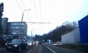 VIDEO: Odbočiť z ulice Veľký diel na Vysokoškolákov je čoraz ťažšie, kolóna máva aj pol kilometra