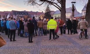 VIDEO: Protestujúci proti ĽSNS v Bytči zaspievali na záver zhromaždenia hymnu