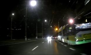 VIDEO: Semafor pre chodcov na sídlisku Vlčince niektorí vodiči nerešpektujú, jazdia aj na červenú