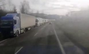 VIDEO: Pre štrajk autodopravcov sa na Kysuciach vytvorila dlhá kolóna kamiónov