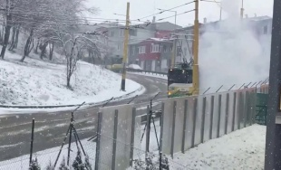 VIDEO: Trolejbus v oblakoch dymu, piatkové sneženie skomplikovalo výjazd MHD na sídlisko Hájik