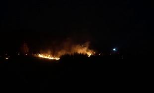 VIDEO: Viac ako 30 hasičov zasahuje pri požiari nad Považským Chlmcom