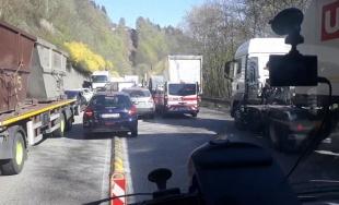 VIDEO: Vozidlo dopravnej zdravotnej služby nedokázalo prejsť cez kolónu pod Strečnom