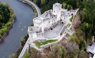 VIDEO: Najnovšie zábery z výšky na hrad Strečno a rozhľadňu Špicák