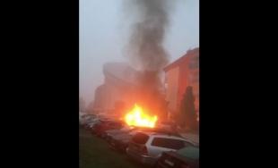 VIDEO: Na sídlisku Hájik došlo v ranných hodinách k požiaru, zhoreli tri zaparkované autá